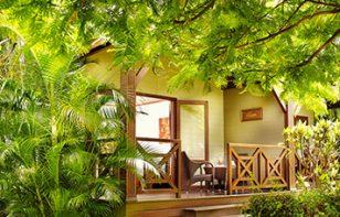 Bungalow enserré dans la nature, ILOHA Seaview Hotel 3*, île de la Réunion