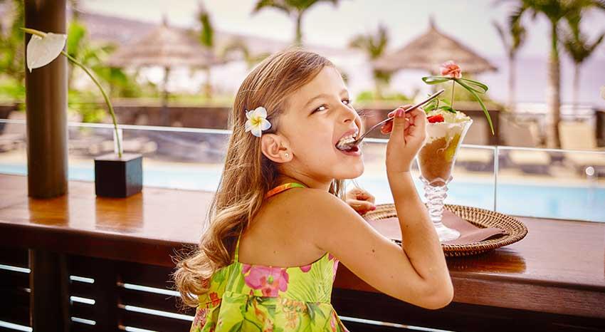 Petite fille dégustant une glace, ILOHA Seaview Hotel 3*, île de la Réunion