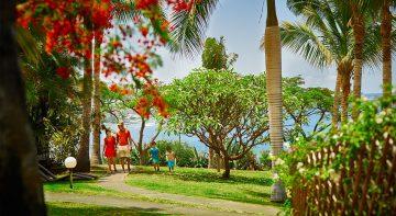 Promenade dans les jardins de l'hôtel