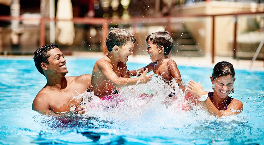 Jeu en famille dans la piscine principale de l'hôtel, ILOHA Seaview Hotel 3*, île de la Réunion