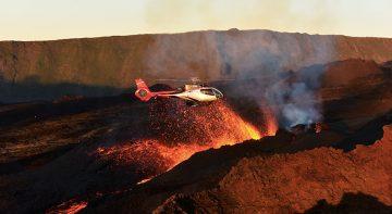 Survol en hélicoptère d'un cône volcanique en éruption
