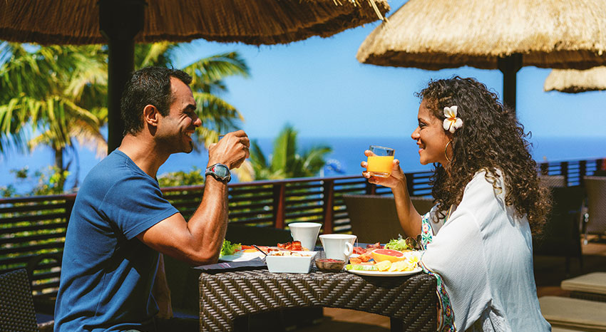 Couple prenant un brunch pour la Saint-Valentin avec une magnifique vue sur l'océan