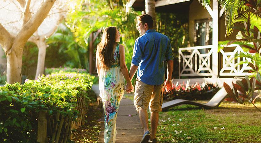 Couple se promenant en amoureux dans les jardins d'iloha