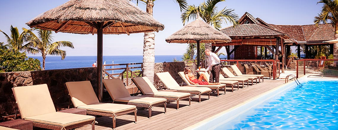Service au bord de la piscine, ILOHA Seaview Hotel 3*, île de la Réunion